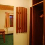 Прихожая номера (большой шкаф и вешалка)